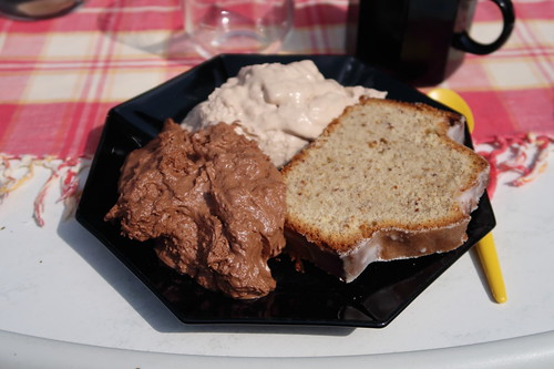 Cappuchino-Creme und Mousse au Chocolat zum Nusskuchen