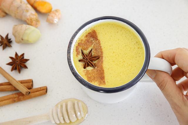 Uống tinh bột nghệ mật ong giúp điều trị dạ dày, đại tràng