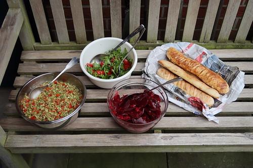 Broccoli-Apfel-Paprika-Salat, Tomaten-Rucola-Salat, Rote Bete Salat und frisch gebackenes Baguette