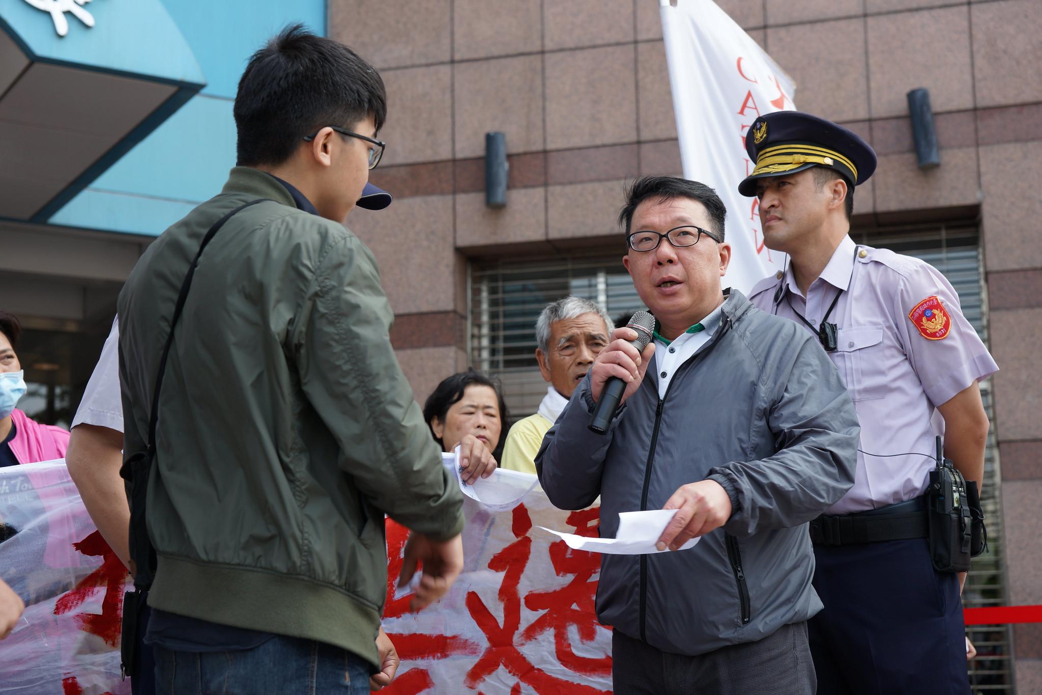 面對追問,民進黨社運部主任李世民只說「謝謝」,沒有正面答覆民進黨的態度。(攝影:王顥中)