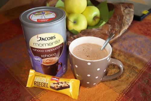 Jacobs Momente Choco Cappuccino und Gletscherkrone Müsli Riegel Schoko-Banane als kleines Frühstück bei einer Freundin in Herne