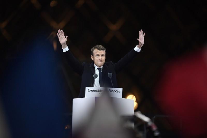 Emmanuel-Macron-partisans-7-2017-pyramide-Louvre-Paris_0_1399_933