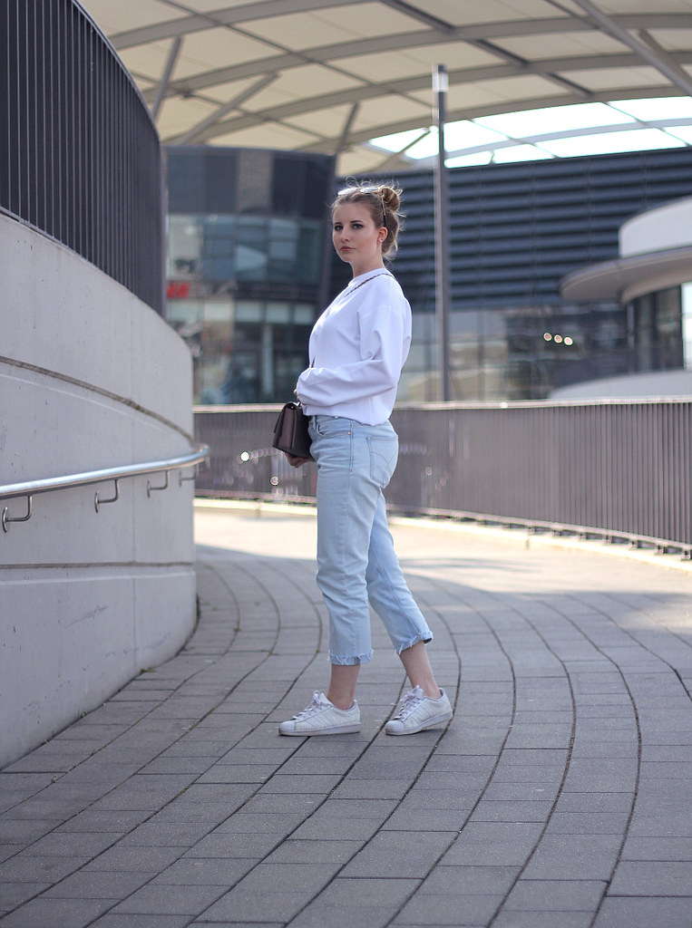 Outfit casual Jeans CK cropped weiß pullover sneaker und umhängetasche