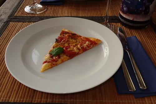Pizza mit frischen Tomaten, Käse und Basilikum (1. Stück)