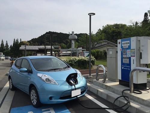 九州自動車道 山江SA(上り)で急速充電中の日産リーフ