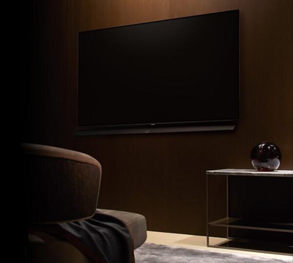 4K有機ELテレビ65型を壁に掛けてみた写真!薄さ6.7mmに驚愕!