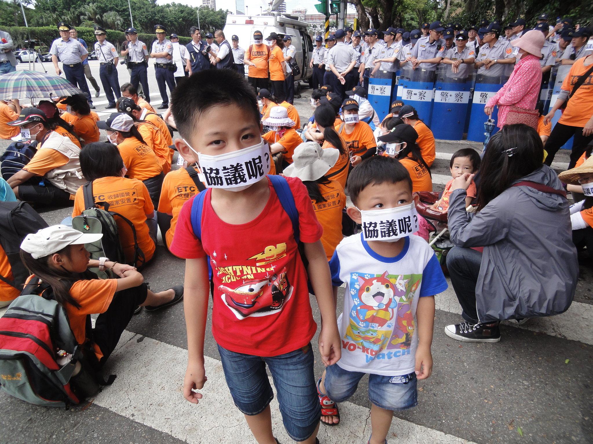 許多會員攜家帶眷抗議,孩子們也戴上「協議呢?」的口罩。(攝影:張智琦)