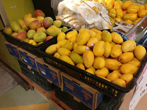 From left: Haden mangoes from Canada's Monarch and Ataúlfo mangoes from Mexico