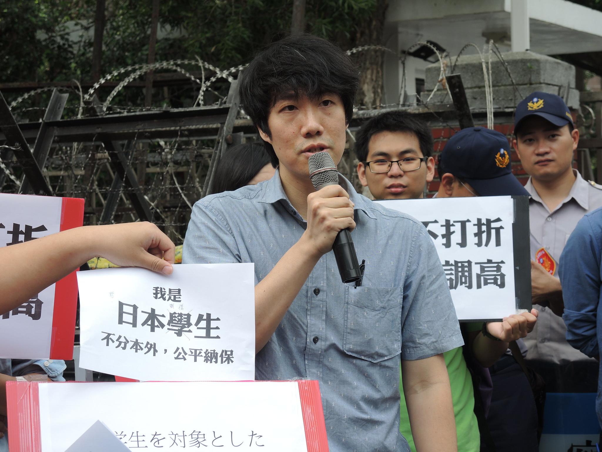 前日本僑生張建元表示,陸生納保卻調漲整體境外生的保費,是針對外籍留學生的一種排外、歧視性的立法。(攝影:曾福全)