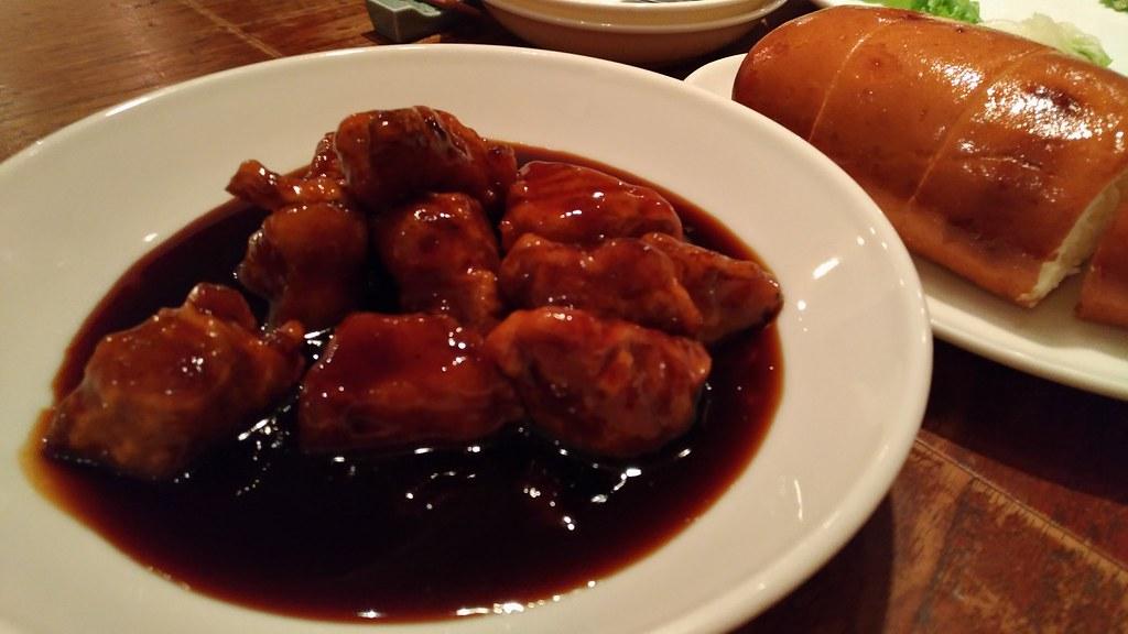 黒酢豚と揚げ蒸しパン