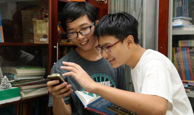 Hai anh em Đặng Nhật Anh (trái) và Đặng Thái Anh đạt thành tích tiếng Anh đáng nể dù học tại nhà - Ảnh: NHƯ HÙNG