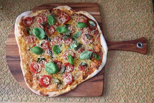 Pizza mit frischen Tomaten, Käse und Basilikum (ganz)
