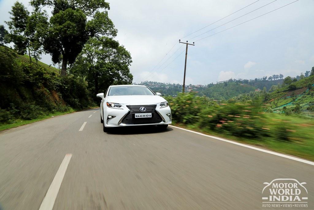 Lexus-ES-300h-Tracking-Shot (2)