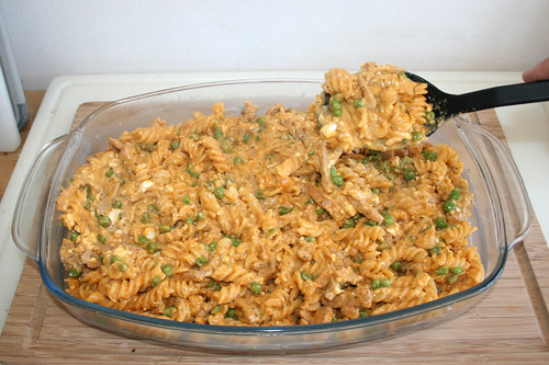 25 - Nudelmasse in Auflaufform füllen / Fill noodle mix in casserole