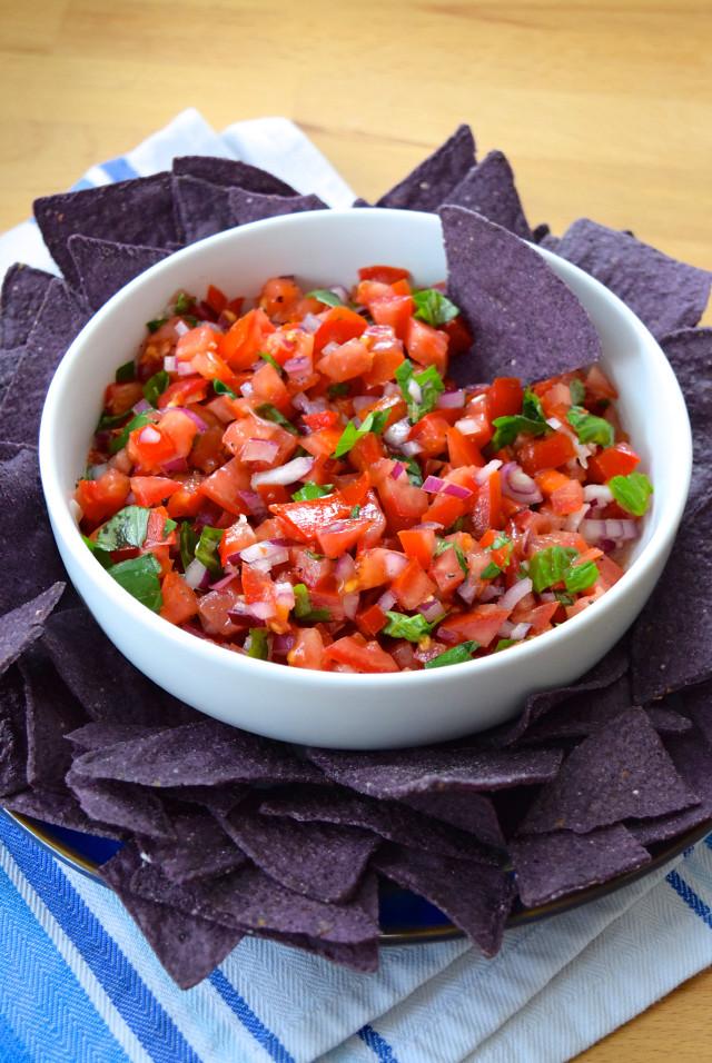 Bruschetta Salsa with Tortilla Chips | www.rachelphipps.com @rachelphipps