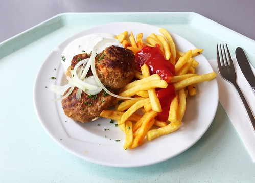 Greek bifteki with fresh onions, tzatziki & french fries / Griechische Bifteki mit frischen Zwiebeln, Tzatzki & Pommes Frites