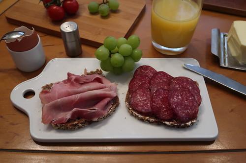 Kochschinken und Rindersalami vom Frecklinghof auf Haferbrot vom Wieruper Hof