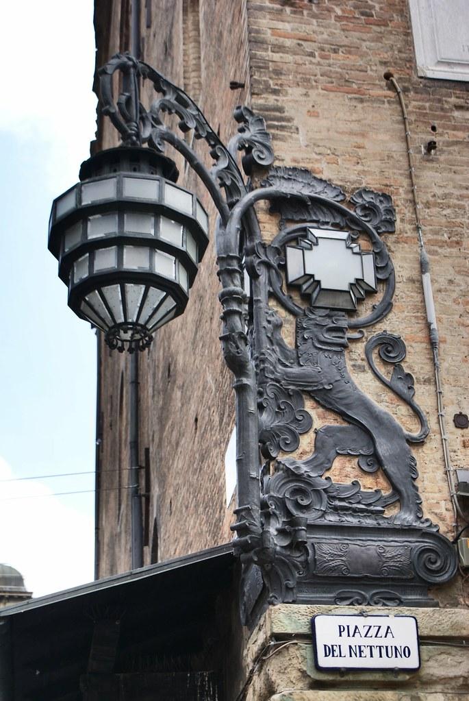 Lampe originale (neo-gothique ? Art nouveau ?) sur la place del Nettuno à Bologne.