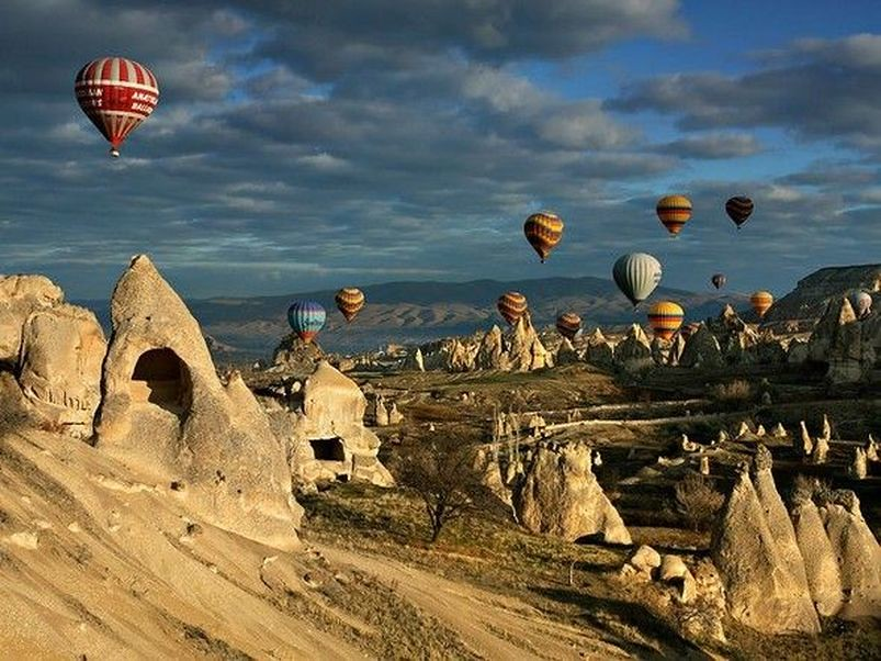 Ανεπανάληπτο το θέαμα των αερόστατων πάνω από τους βράχινους σχηματισμούς της Καππαδοκίας