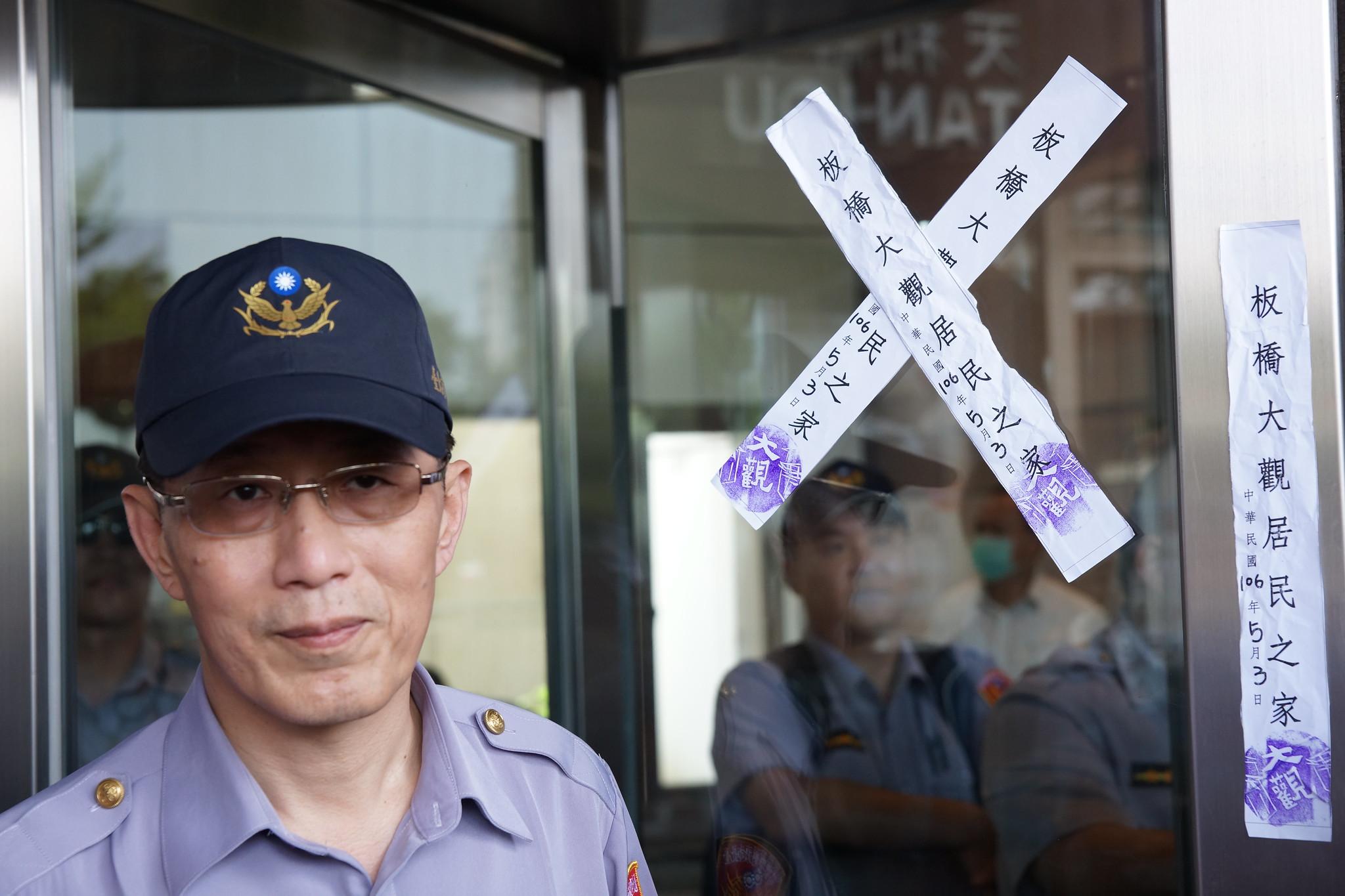 封條張貼在民進黨黨部大門。(攝影:王顥中)