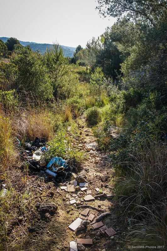 Basura y escombros cerca del Fondo d'en Roig