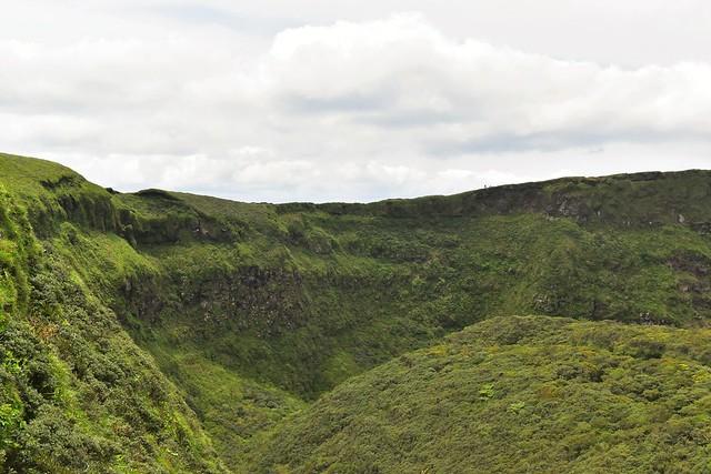 八丈富士・火口の断崖絶壁