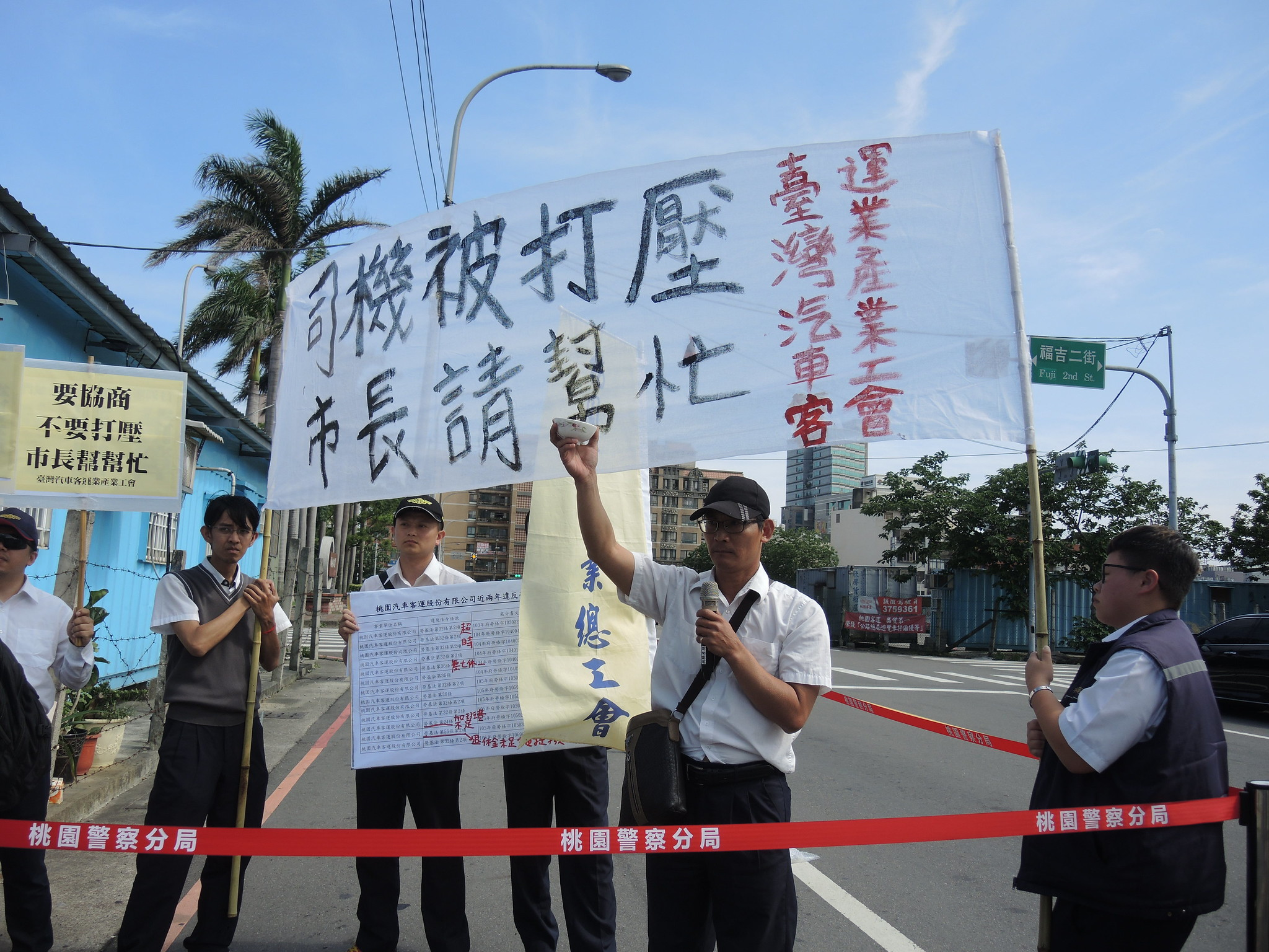 台灣汽車客運業產業工會理事張立宗拿起一隻碗,狠狠的放手任其摔裂,象徵過勞公車司機的生命就像是破碗一樣不受重視。(攝影:曾福全)