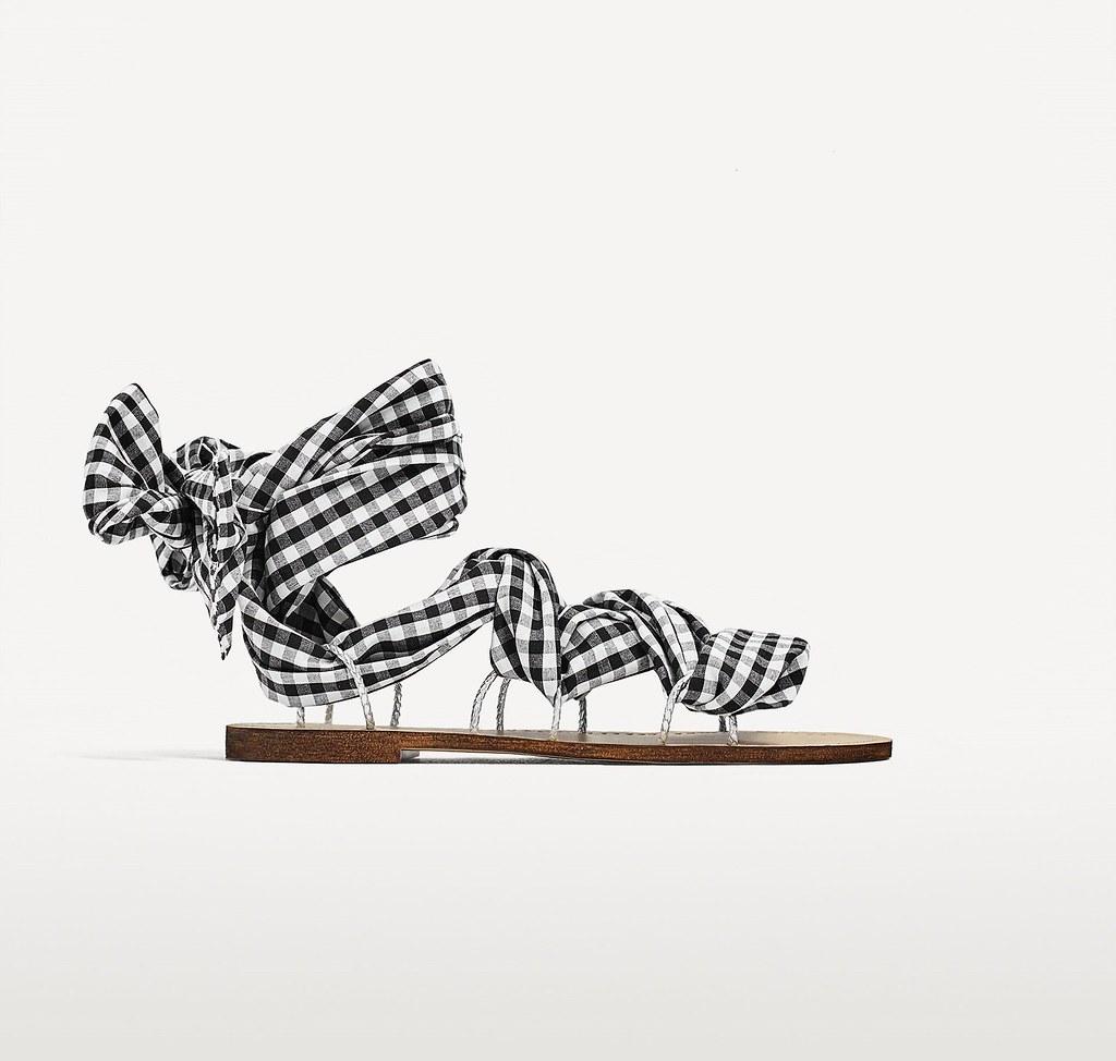 modello sandali bassi con nastro a quadretti blu zara