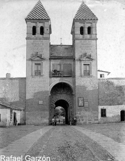 Interior de la Puerta de Bisagra  en 1897 por Rafael Garzón