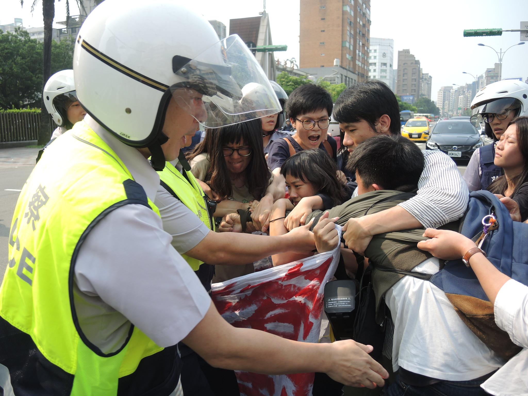 聲援者遭警方強制驅離。(攝影:曾福全)