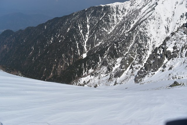 三ノ沢岳のナイフリッジ 切れ落ちた北側斜面