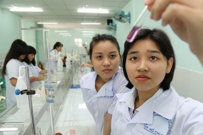 Học sinh ngành dược Trường trung cấp Tổng hợp TP.HCM trong giờ thực hành - Ảnh: Như Hùng