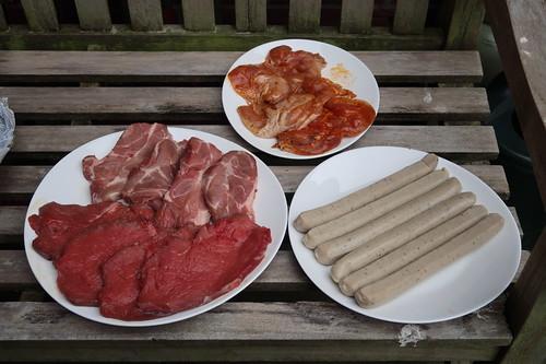 Rindersteaks, Schweinenackensteaks, ausgelöste Hähnchenschenkel und Bratwürste