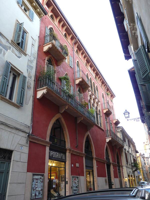 Via Santa Maria in Chiavica 3