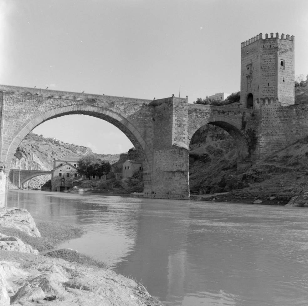 Puente de Alcántara hacia 1960. Fotografía de Eugene V. Harris o Clarence Woodrow Sorensen © University of Wisconsin-Milwaukee/The Board of Regents of the University of Wisconsin System