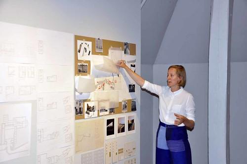 Elsa Sjögren visar hur hon arbetat