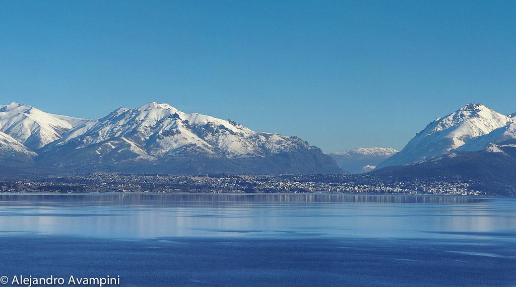 Lago Nahuel Huapi y al fondo la ciudad de Bariloche con las montañas nevadas