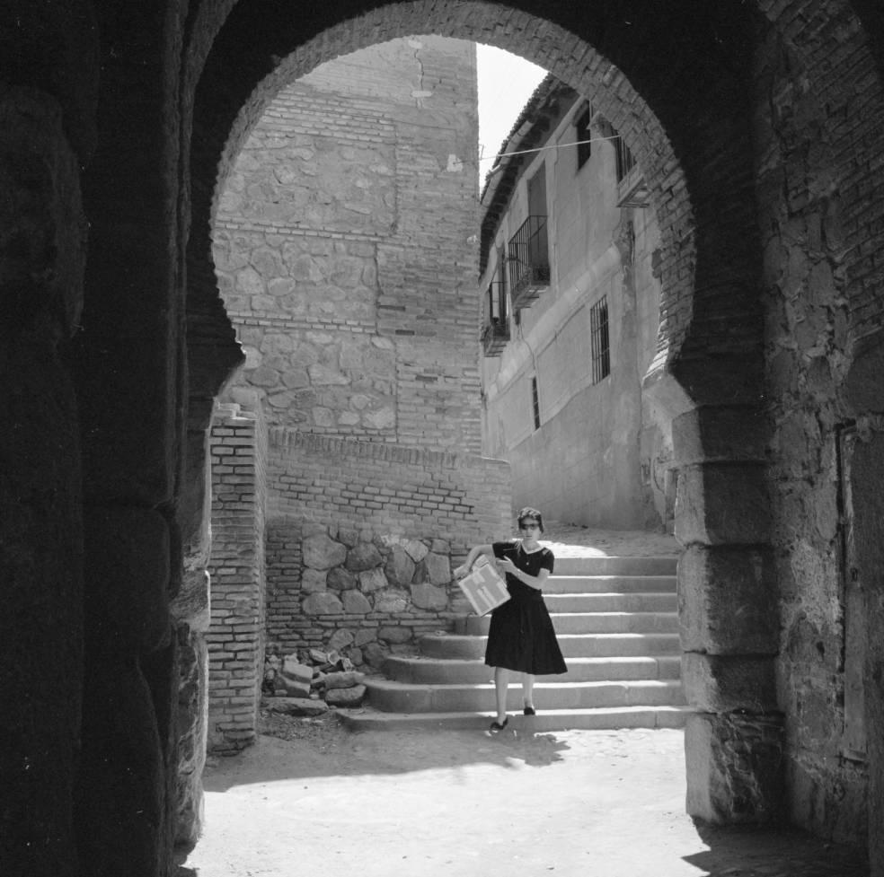 Mujer bajando a la Puerta Vieja de Bisagra hacia 1960. Fotografía de Eugene V. Harris o Clarence Woodrow Sorensen © University of Wisconsin-Milwaukee/The Board of Regents of the University of Wisconsin System