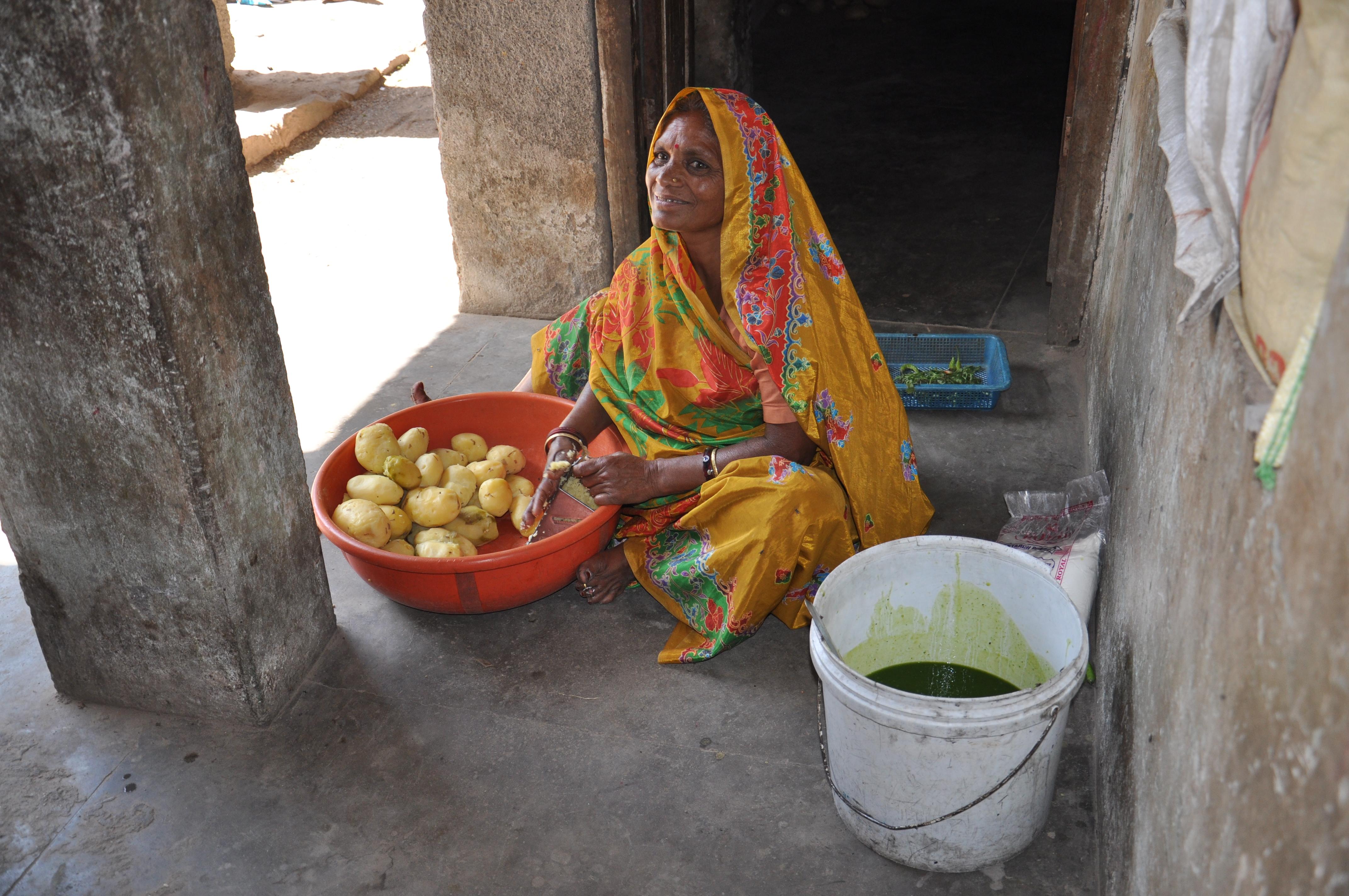 मोदई (59) आलू छिलते हुए