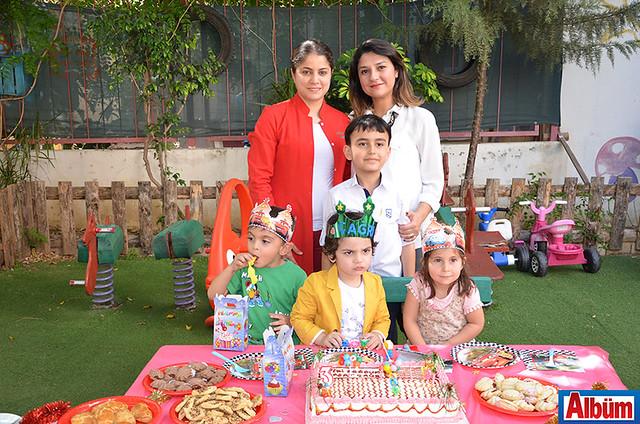 Kürşat Çağrı ve arkadaşları sınıf öğretmenleri Handan Bilgin ile fotoğraf çektirdi.
