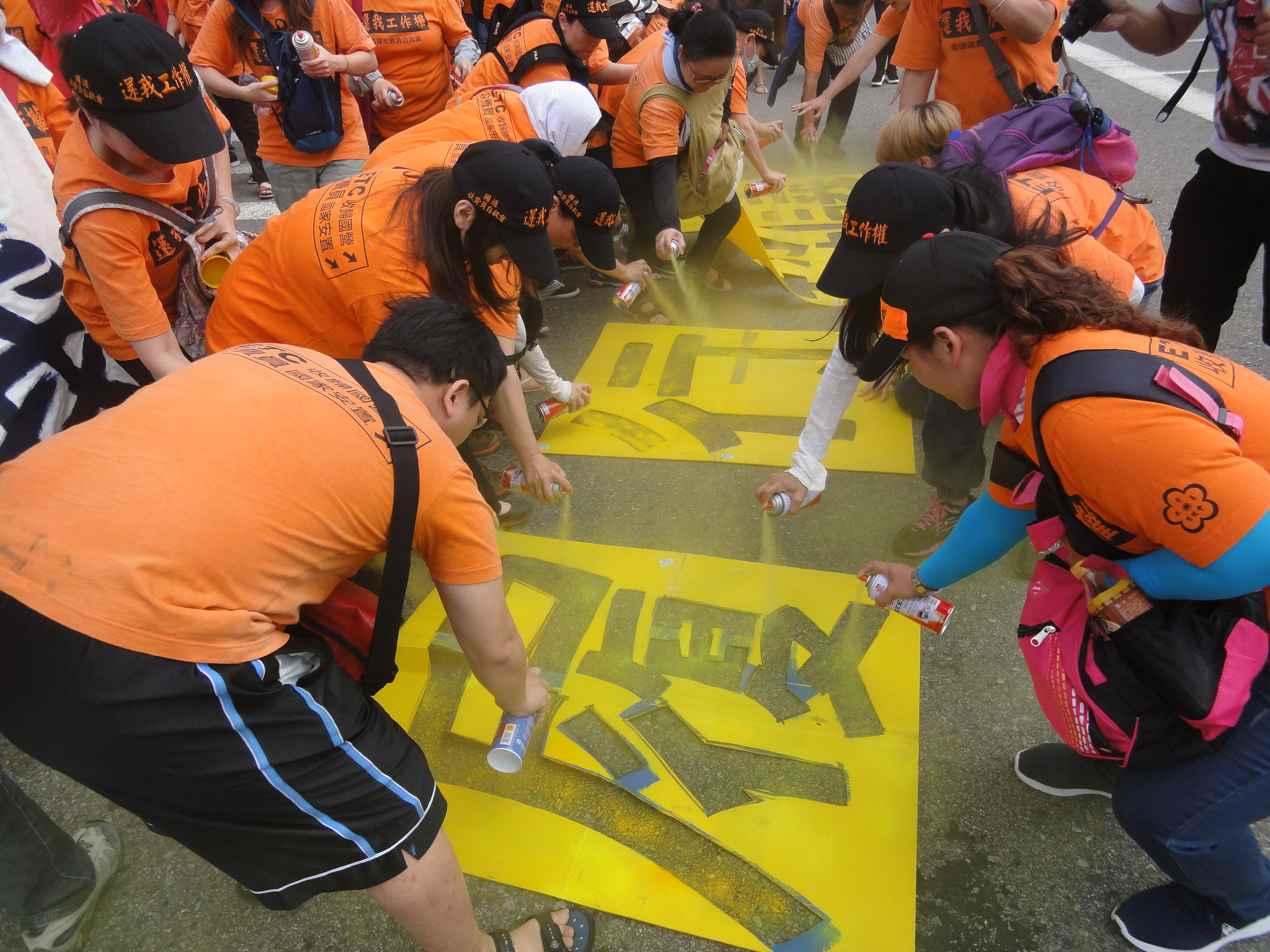 自救會會員突然在凱道噴漆。(攝影:張智琦)