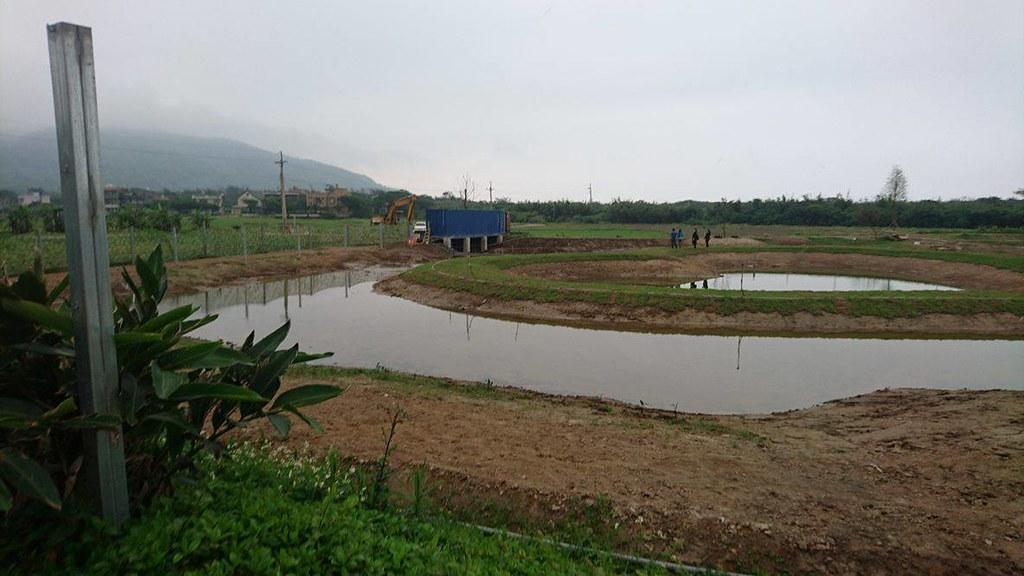破壞農地地景的人為景觀池。圖片來源:中華鳥會提供。