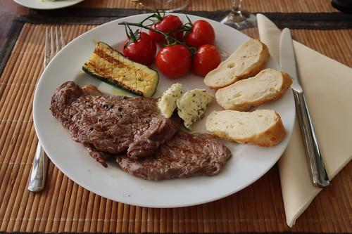 Dünn geschnittenes Nebraska Beef vom Grill mit gegrillter Zucchini, heißen Tomaten und frisch gebackenem Baguette