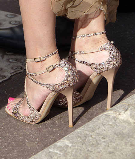 chaussures dorées et ongles roses