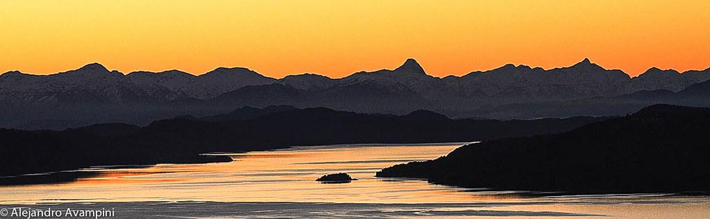 Panoramica del Lago Nahuel Huapi desde Piedra Blanca, al atardecer.