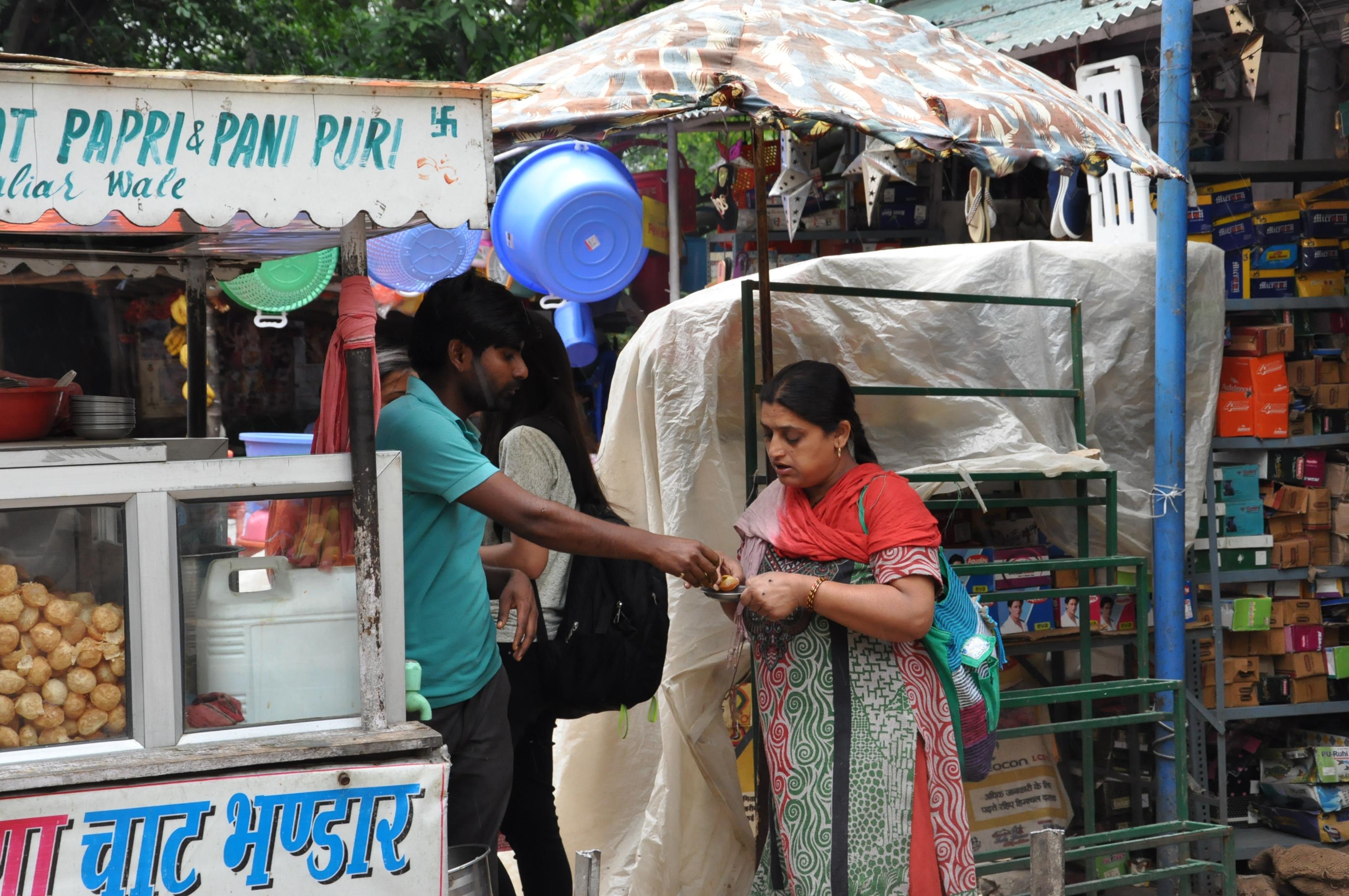 """सरमन की छोटी सी रेडी पर पानी पूरी का आनद लेते ग्राहक, जो सरमन के रोजगार व घर के खर्चे का एक मात्र सहारा """""""