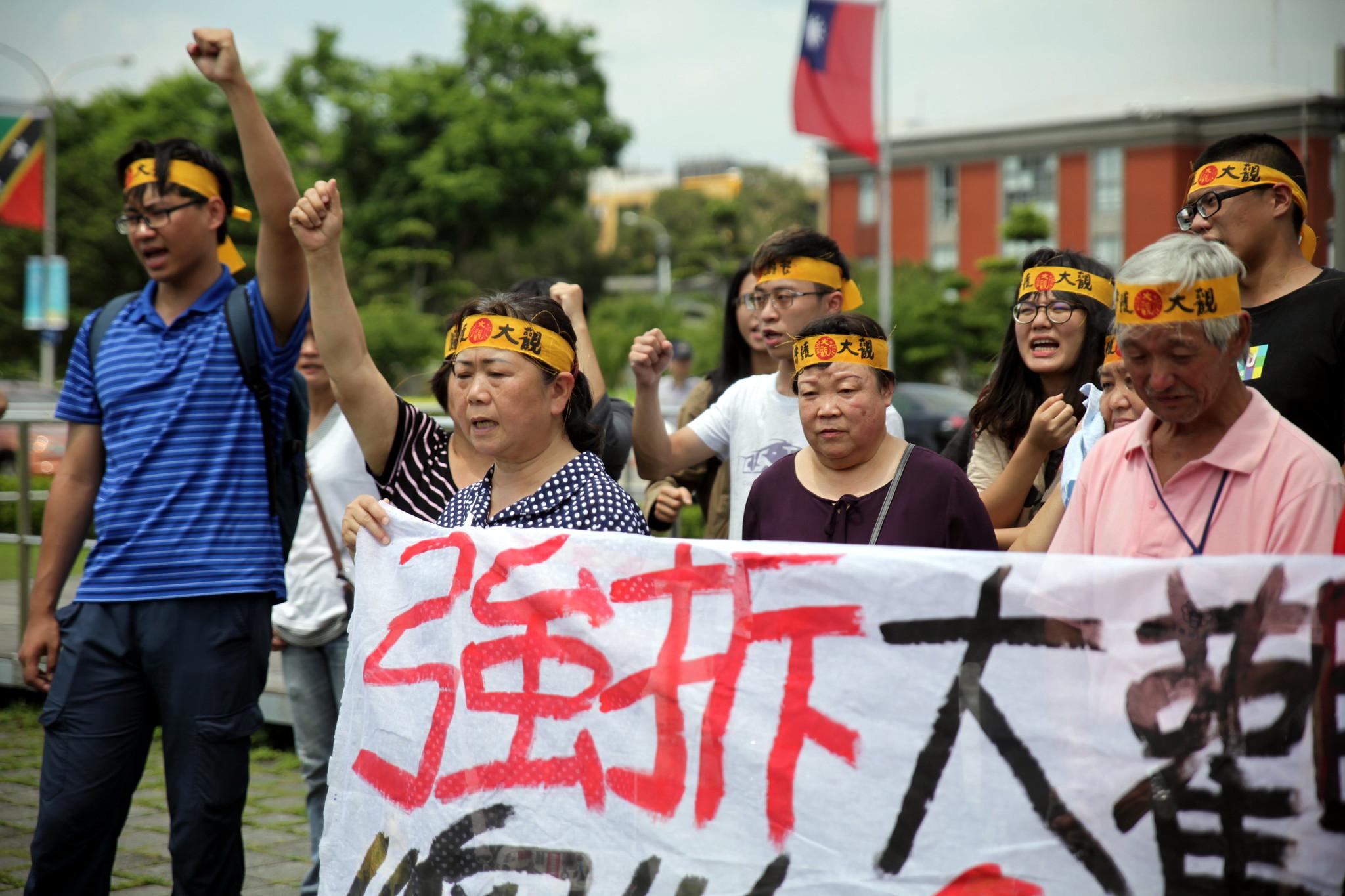居民喊口號「強拆大觀在即,總統解決爭議」。(攝影:陳逸婷)