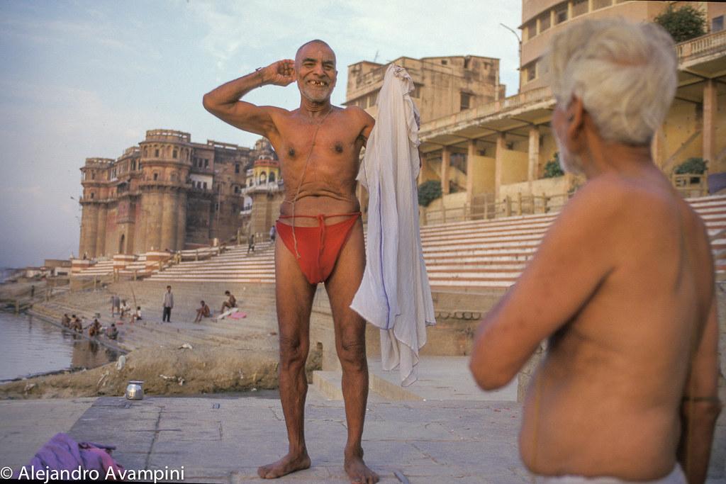 Indues toman baño en el Ganges al amanecer