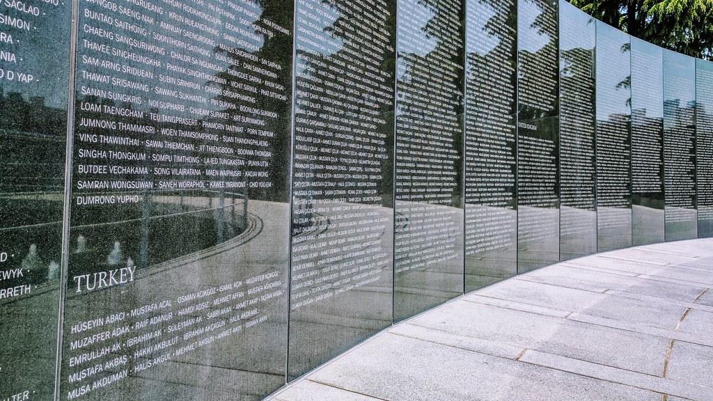 紀念碑上滿滿都是土耳其姓名