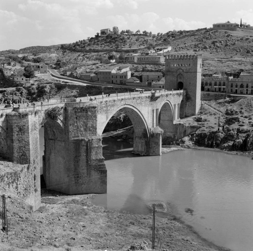 Puente de San Martín hacia 1960. Fotografía de Eugene V. Harris o Clarence Woodrow Sorensen © University of Wisconsin-Milwaukee/The Board of Regents of the University of Wisconsin System